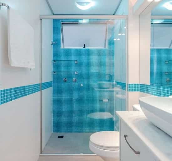 Box para Banheiro de vidro incolor frontal 02 folhas uma porta de correr e uma parte fixa com perfil de acabamento em alumínio prata fosco