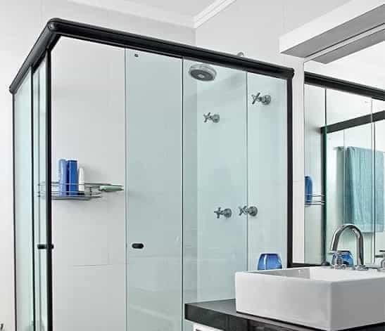 box de banheiro incolor modelo canto 04 folhas com perfil de acabamento em alumínio preto e fixação com silicone acetico especial