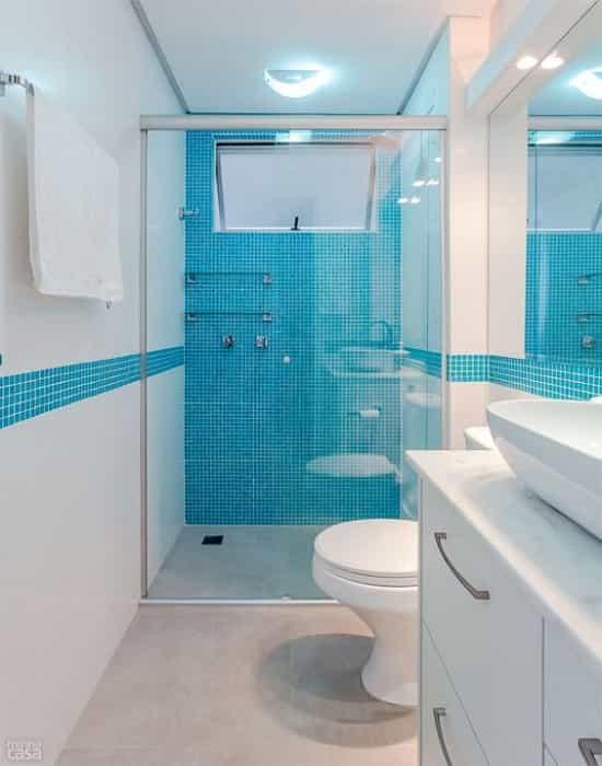 Box para Banheiro com Vidro Temperado de 8 mm Incolor Modelo Reto com Ferragens Prata Fosco.
