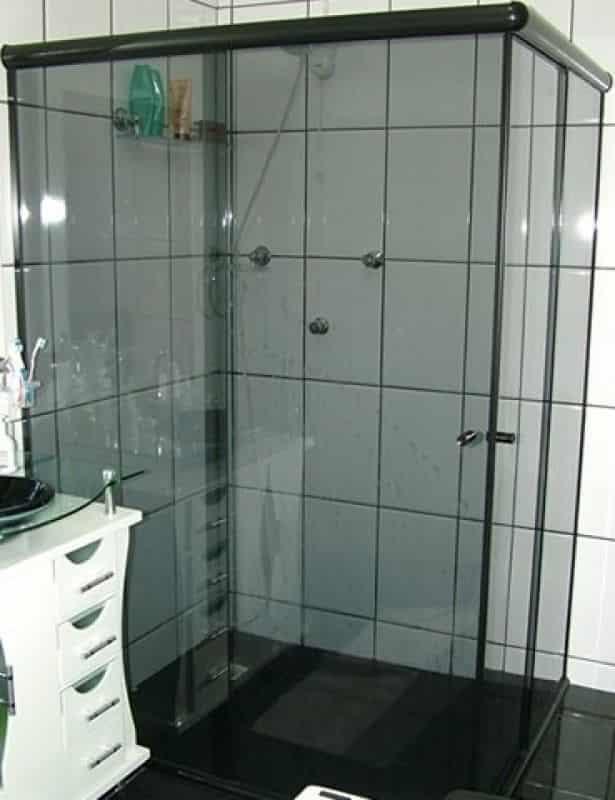 Box para Banheiro de Vidro Fumê Modelo Canto com Perfil de Acabamento Alumínio Preto.