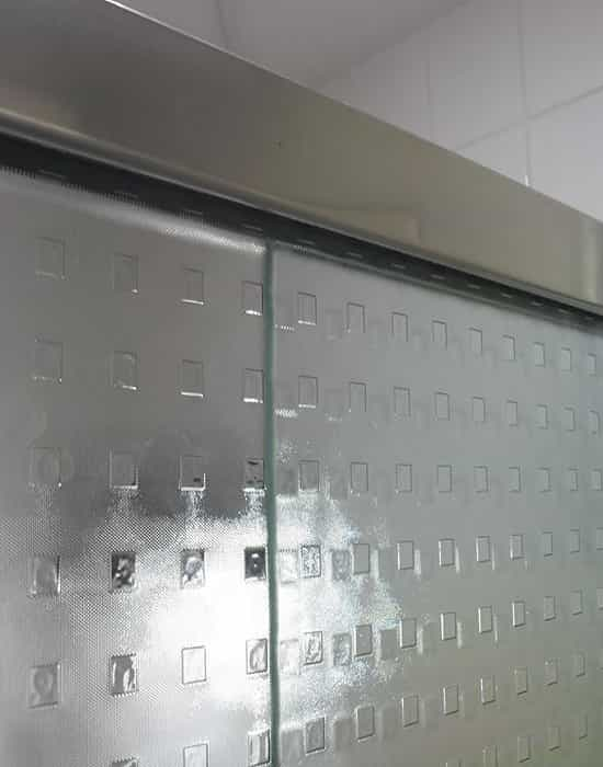 Box para Banheiro de Vidro Quadrato com Perfil de Acabamento em Alumínio Prata Fosco.