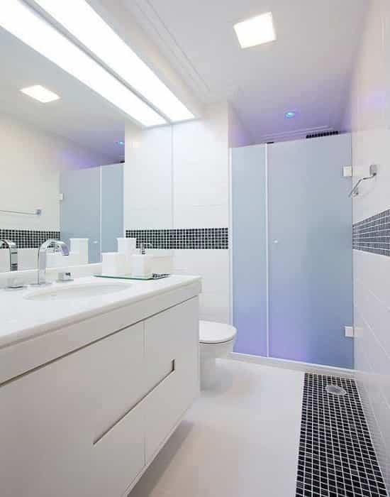Box de abrir jateado de 8 mm com 01 porta móvel abrindo para dentro da ducha e 01 peça fixa com ferragens na tonalidade branca.