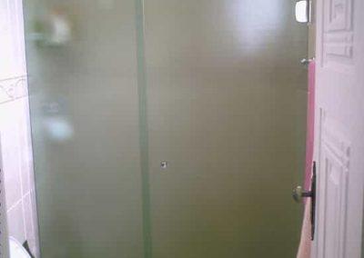 Box de abrir vidro antílope 8 mm, temperado. Sistema de fixação na parede lateral.