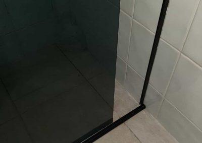 Box de vidro fume perfil de acabamento preto.