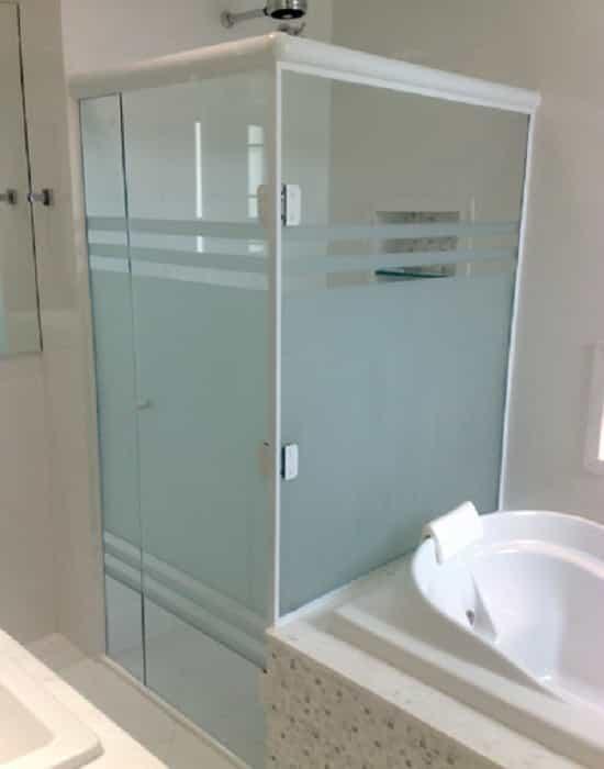 Box jateado com listas vidro temperado de 8 mm, com perfil de acabamento em alumínio branco.