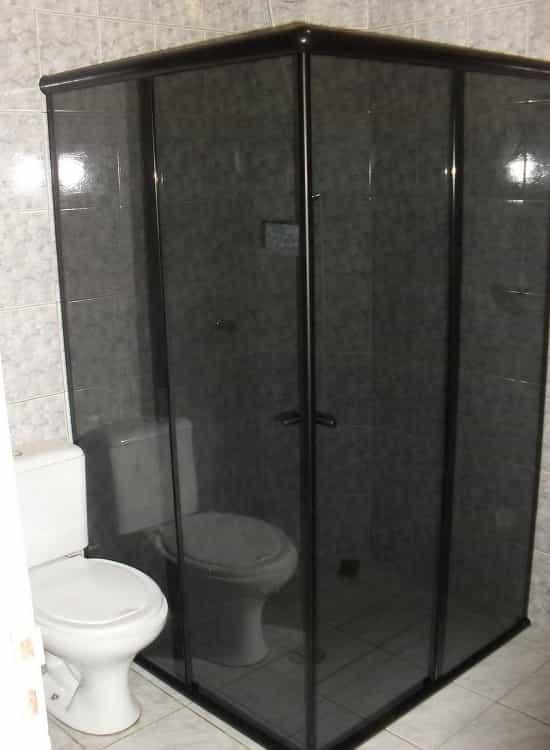 Box para Banheiro Fumê Canto vidro temperado de 8 mm, perfil de acabamento em alumínio preto.