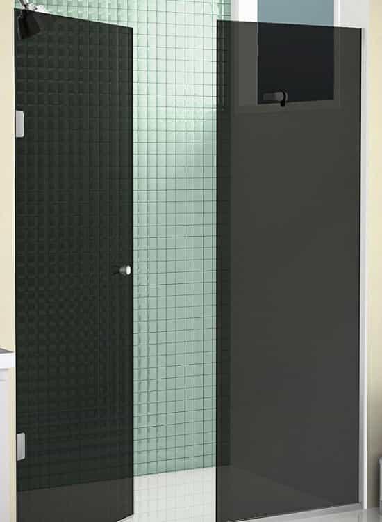 Box para Banheiro Vidro Fumê com porta de abrir. Sistema de fixação dobradiças na parede lateral.