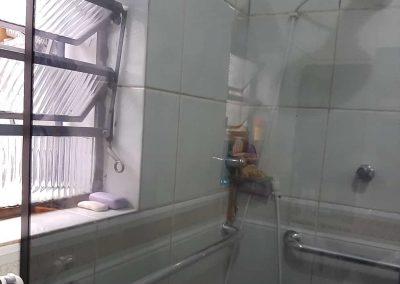 Box sobre janela vidro fumê temperado de 8 mm.