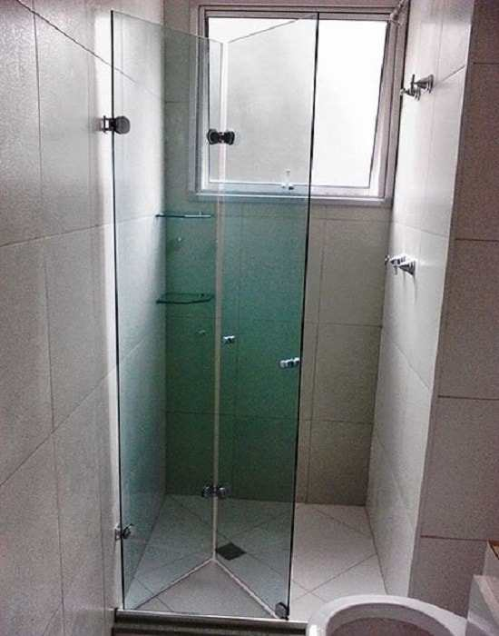 Box articulado verde vidro temperado de 8 mm, com acabamento em inox.