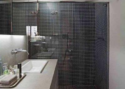 Box banheiro vidro temperado modelo frontal. Vidro incolor de 8 mm, acabamento cromado.