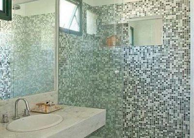 Box Blindex de banheiro modelo reto padrão. Vidro temperado de 8 mm, acabamento branco.