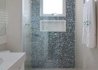 Box de banheiro modelo frontal, alumínio branco. Vidro temperado de 8 mm, cor transparente.