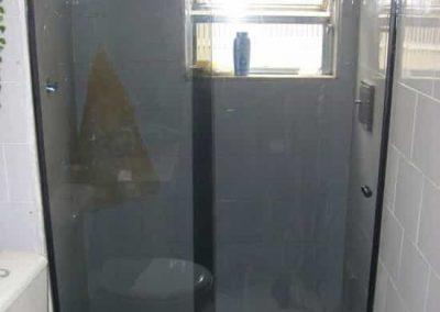 Box de vidro fumê de 8 mm, com perfil preto. Vidro temperado modelo frontal.
