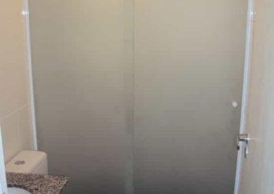 Box jateado total com vidro temperado de 8 mm, com acabamento branco.