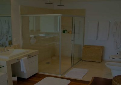 Box para banheiro são paulo em ângulo de canto. Vidro temperado de 8 mm, e acabamento em alumínio branco.