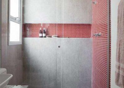 Box para banheiro modelo frontal 02 folhas. Vidro incolor de 8 mm, com acabamento prata fosco.