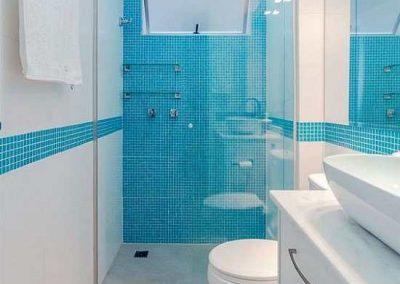 Box para banheiro incolor frontal de correr. Vidro temperado de 8 mm, com perfil de acabamento em alumínio prata fosco.
